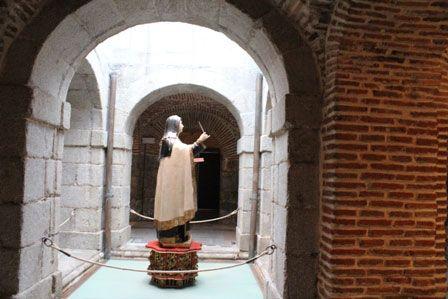 Escultura de Santa Teresa en la Cripta
