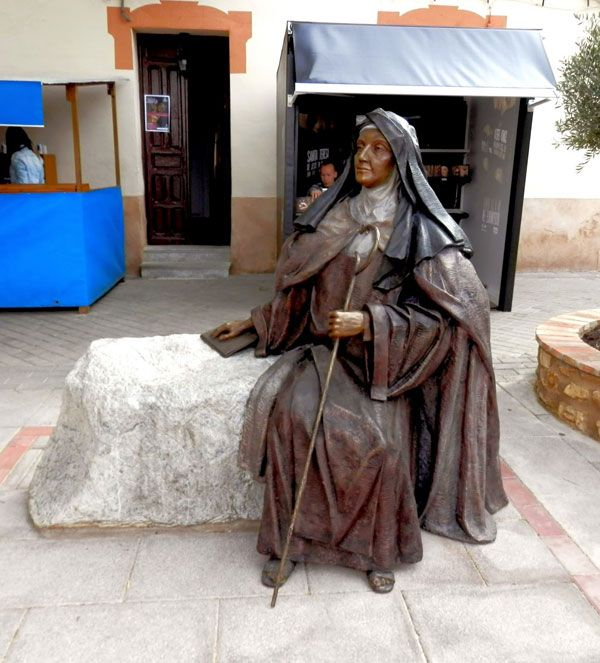Santa Teresa sentada en una piedra