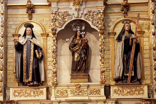La Virgen de la Estrella, flanqueada por Santa Teresa y Santa Magdalena de Pazzis